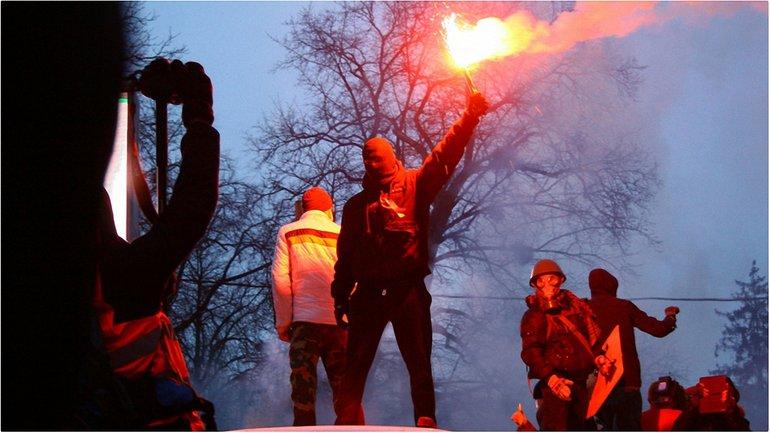 На Крещение в 2014 году участники революции жгли покрышки на Грушевского - фото 1