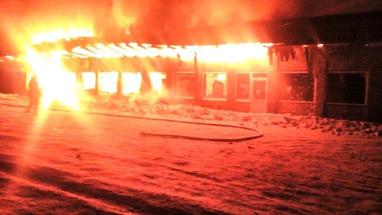 Пожарные тушили огонь несколько часов - фото 1