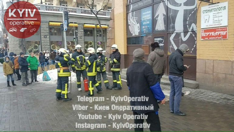 На месте пожара работают спасатели - фото 1