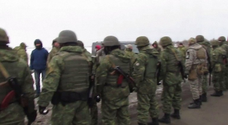 На трассе между Бахмутом и Константиновкой подрались полицейские, титушки и ветераны АТО - фото 1