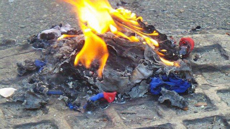 """Боевики ищут """"диверсантов"""", которые сожгли флаг """"ЛНР"""" - фото 1"""