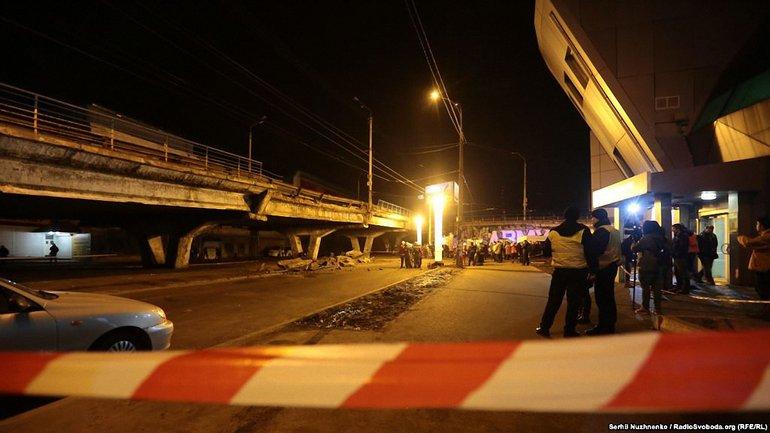 Коммунальщики демонтируют обвалившиеся наружные конструкции моста - фото 1