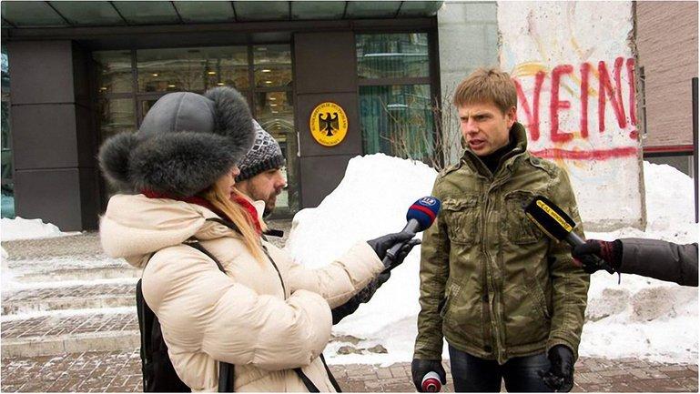 Герострат Гончаренко. Даже став депутатом он не отказался от привычки писать на стенах - фото 1