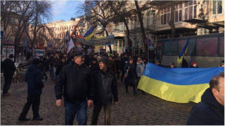 Участники акции выдвинулись колонной к администрации президента - фото 1