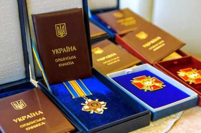 Порошенко намерен наградить званием Герой Украины погибших бойцов - фото 1
