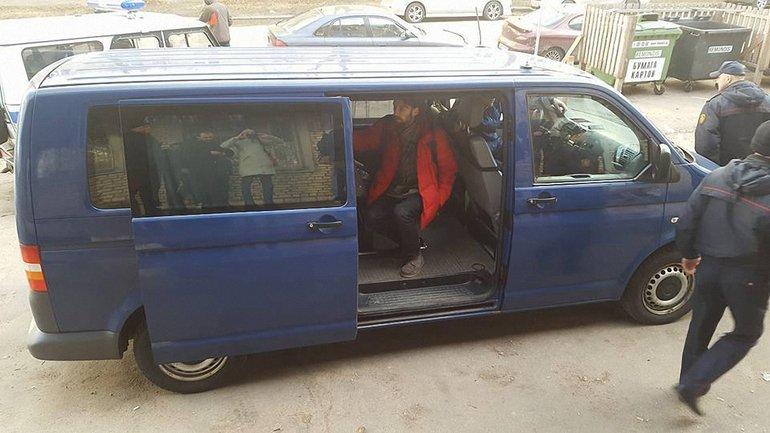 Журналистов и других незаконно задержанных отвезли в отделение милиции в синем микроавтобусе - фото 1