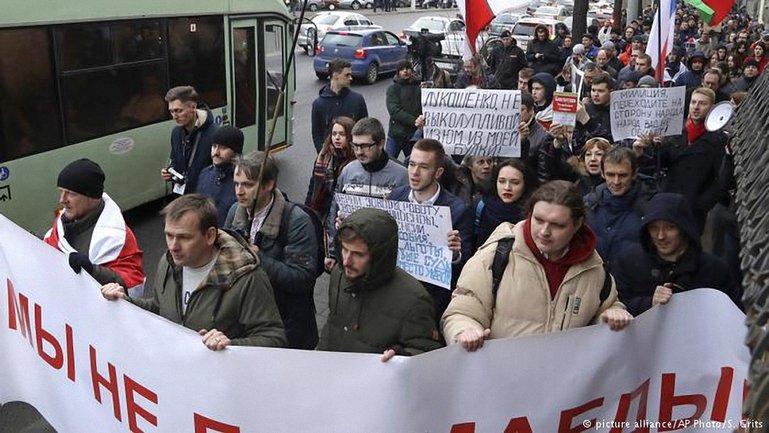 """Под разными предлогами журналистам препятствуют освещать марши против """"тунеядства"""" - фото 1"""