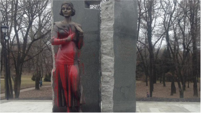 Памятник продержался меньше месяца  - фото 1
