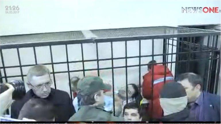 Журналистов пытаются выгнать из зала суда - фото 1