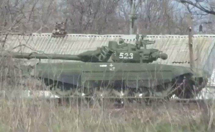 На границе с Украиной заметили десятки новейших российских танков - фото 1