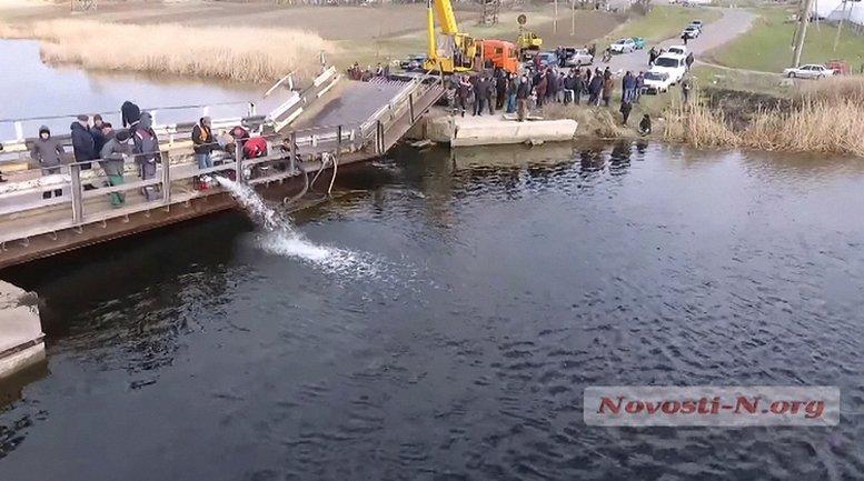 Из бетонных блоков горные спасатели откачивают воду  - фото 1