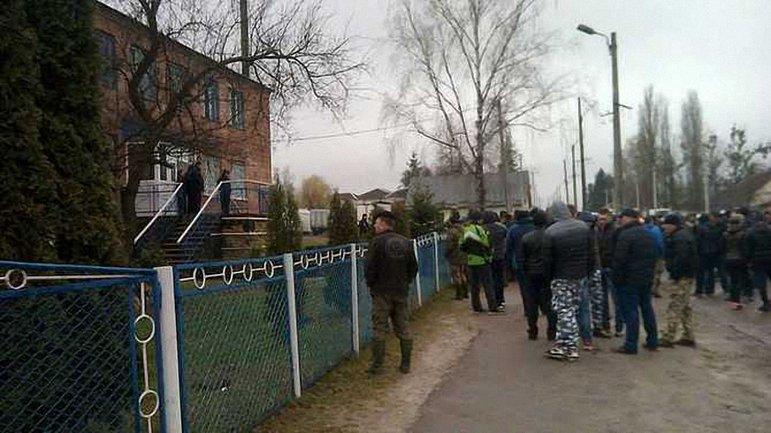 Больше 100 жителей поселка заблокировали отделение полиции, чтобы и дальше безнаказанно добывать янтарь - фото 1
