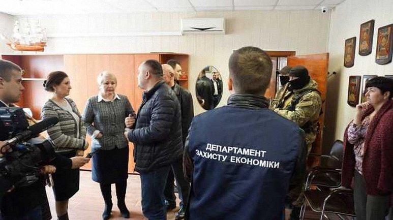 Силовики проводят обыск и изымают документы в админздании порта - фото 1