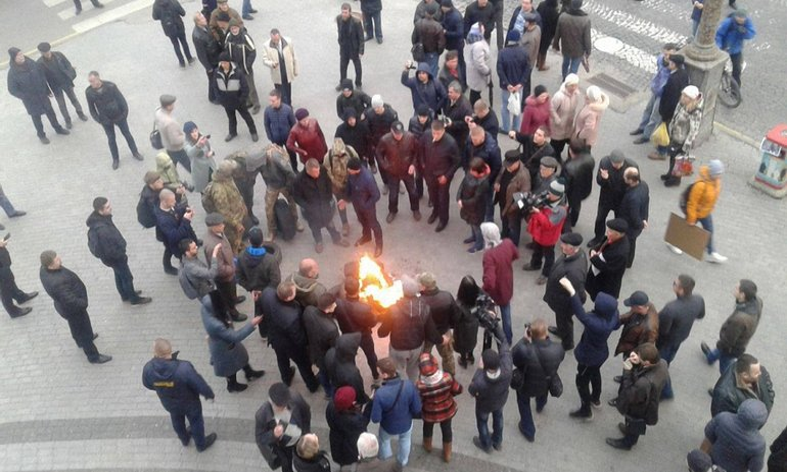 К вечеру под здание собрались активисты и стали жечь шины - фото 1