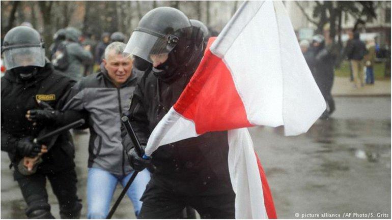 Среди задержанных есть и российские журналисты  - фото 1