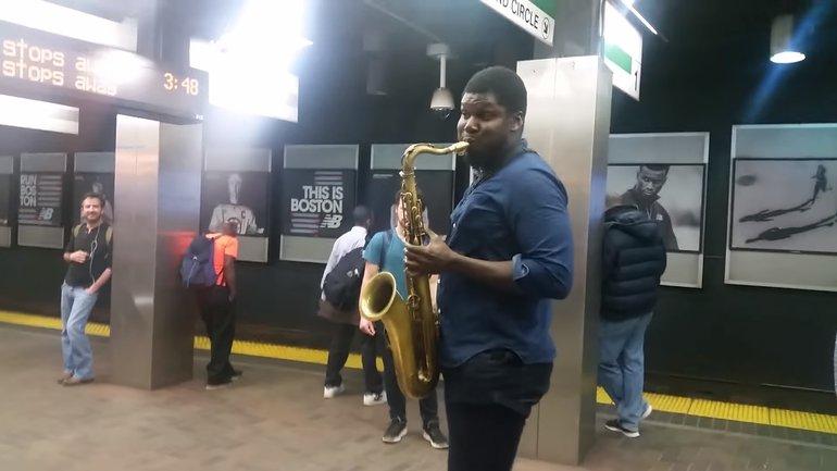 Мужчина играл на платформе метро - фото 1
