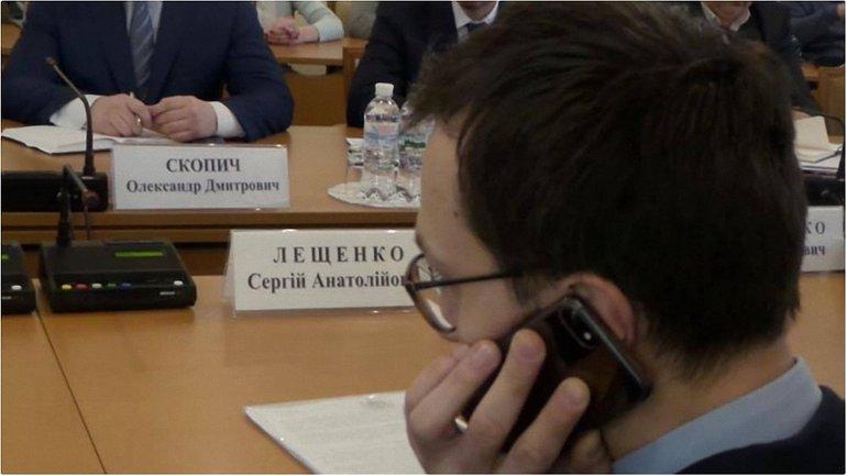 Появилось фото переписки Лещенко с беглым Онищенко - фото 1