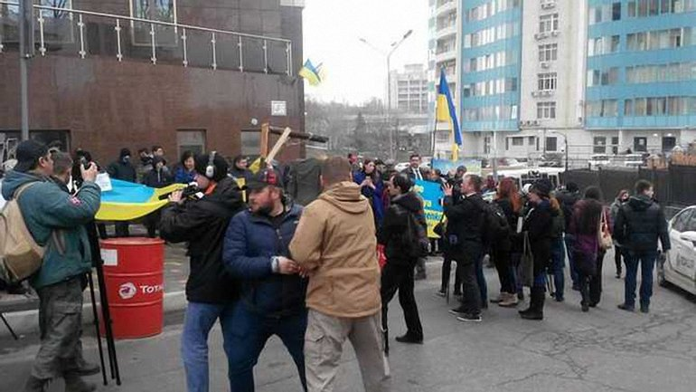 У посольства РФ в Одессе произошла потасовка - фото 1