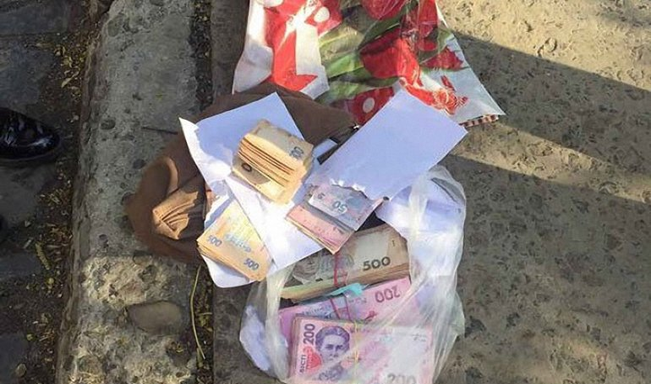 Помимо взятки у женщины был кулек денег  - фото 1