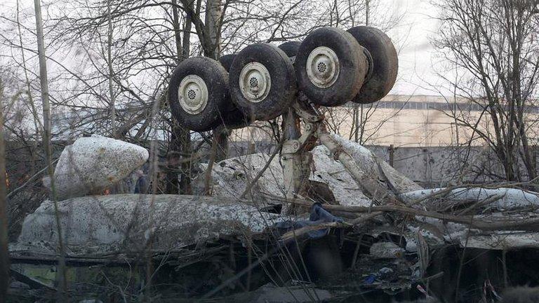 Эксперт: части самолета были разбросаны на десятки метров еще до падения - фото 1