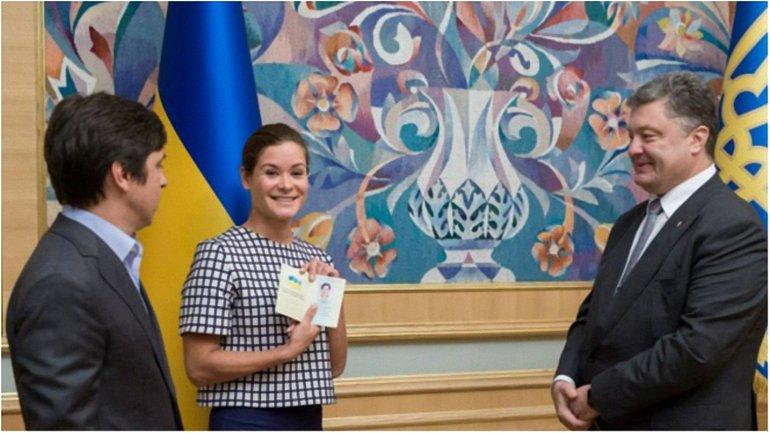 Момент вручения Марии Гайдар паспорта Украины - фото 1