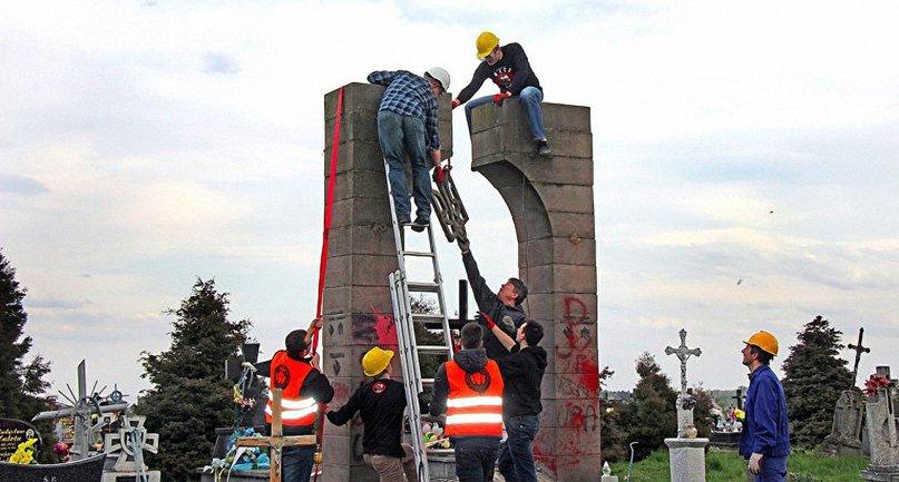 """Поляки пояснили снос памятника тем, что он был """"незаконно установлен"""" - фото 1"""