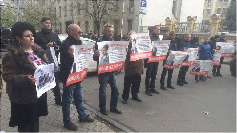Порошенко, открой глаза. Под АП жители Донбасса требуют наказать местных сепаратистов - фото 1