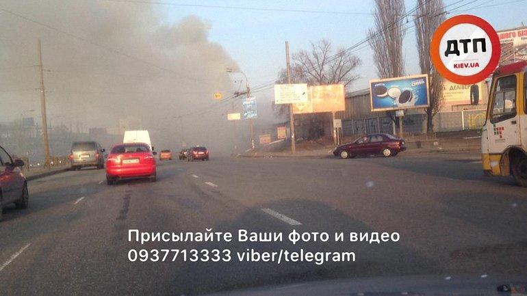 В результате пожара было затруднено движение по проспекту Бандеры - фото 1
