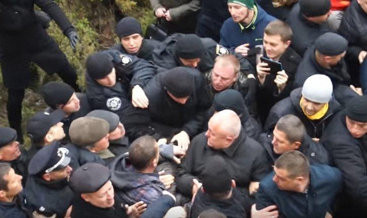 У горсовета Тернополя прошли массовые стычки - фото 1