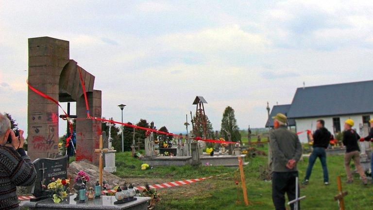 Снос памятника - часть пророссийской акции - фото 1