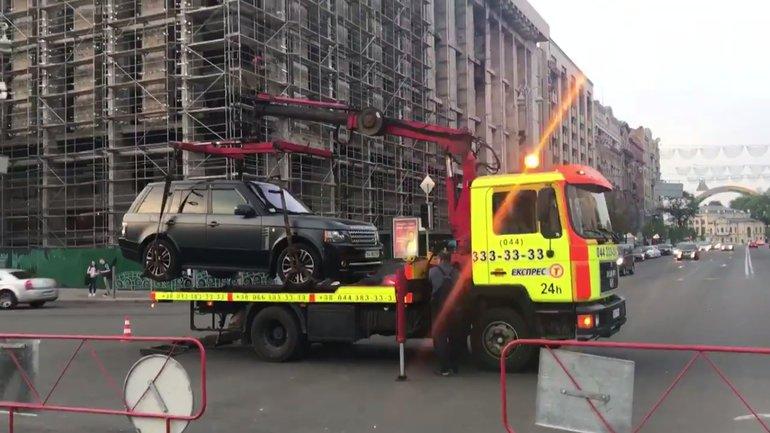 Полиция забрала машину на эвакуаторе - фото 1