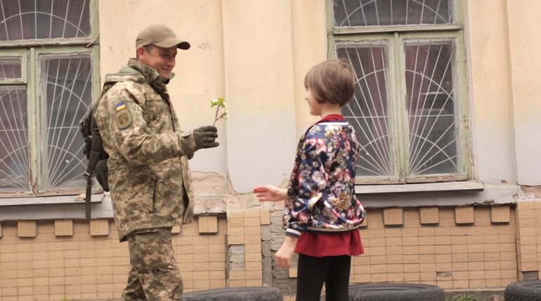 В клипе девочка встречает украинского военного - фото 1