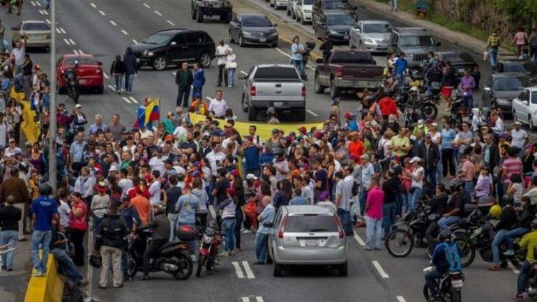 """Митингующие собирают """"мега-протест"""" на среду 3 мая - фото 1"""