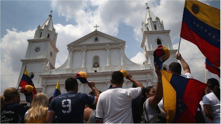На майдані коло церкви революція іде - фото 1