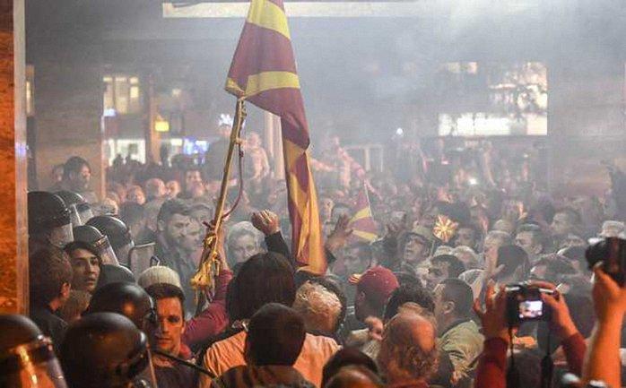 После протестов в парламенте Македонии нашли бомбу - фото 1