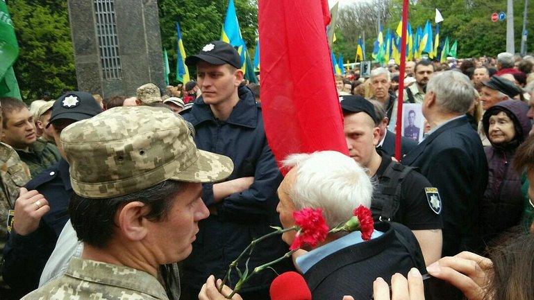 """Провокаторы кричали """"Фашизм не пройдет!"""" и """"Спасибо деду за победу!"""" - фото 1"""