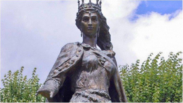 Княжна Анна Ярославна. Статуя В Санлісі, Франція - фото 1