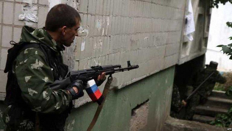 Боевики по-пьяни стреляют сами в себя - фото 1