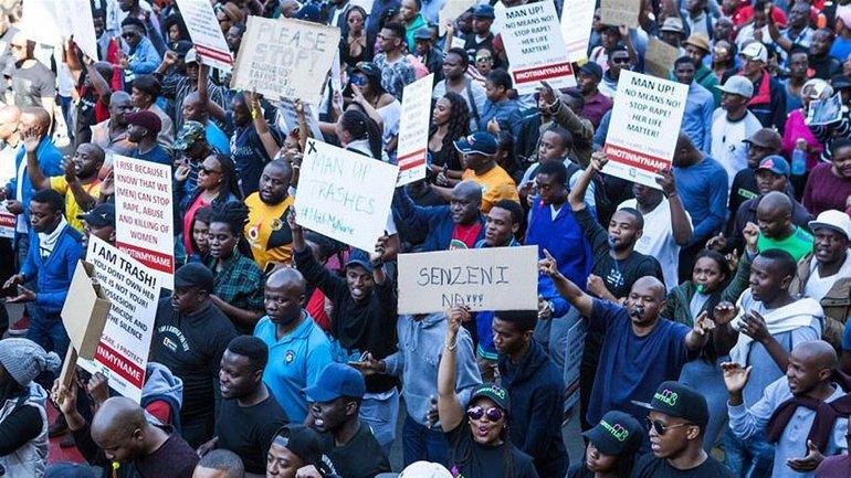 Демонстранты несли в руках плакаты с именами убитых женщин - фото 1