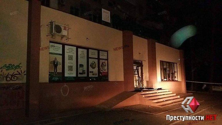 """Двери отделения банка """"Південний"""" взорвали неизвестные - фото 1"""