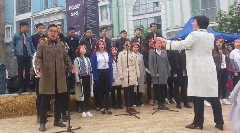 Китайскому исполнителю в его перфоменсе помогал также хор - фото 1