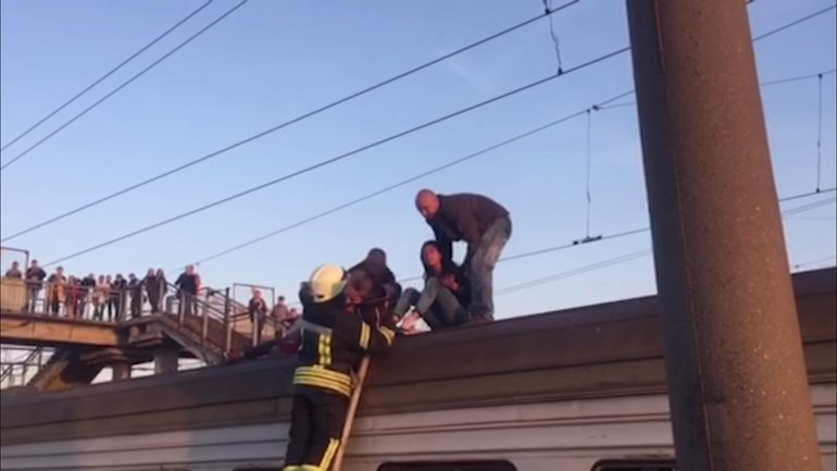 Детей снимали спасатели с крыши вагона - фото 1
