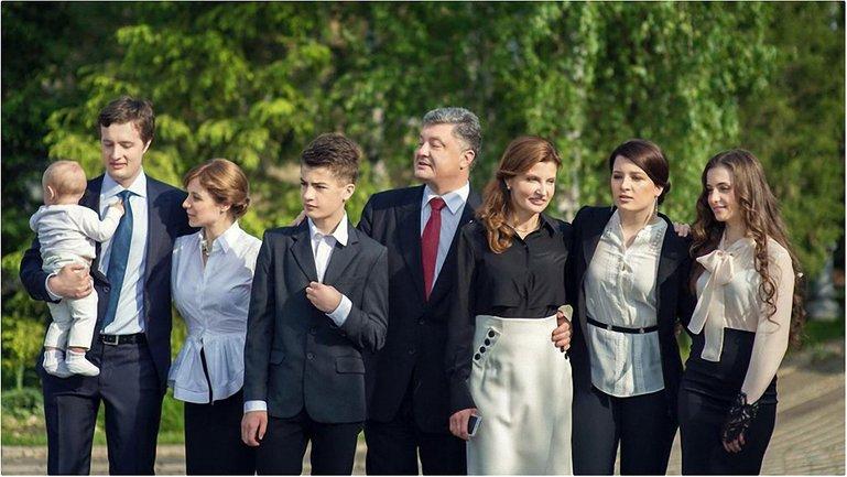 """В сети обсуждают фото сына Порошенко в футболке с надписью """"Russia"""" - фото 1"""