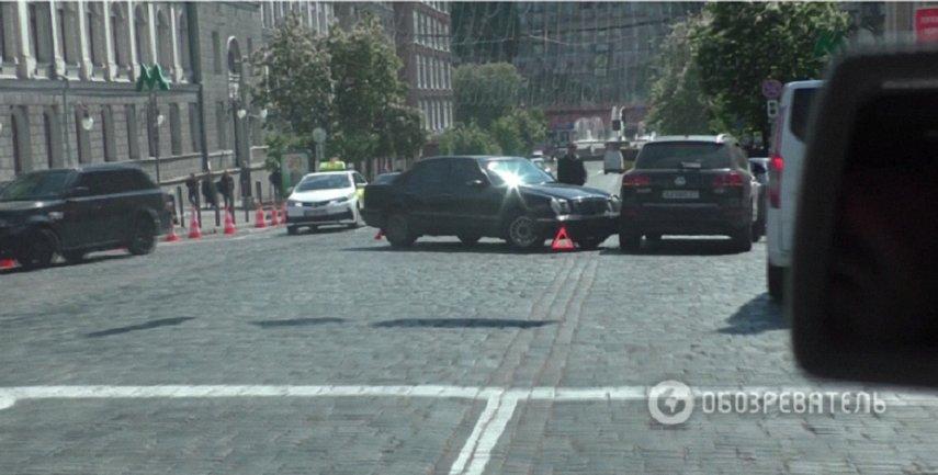 Охраннии начали снимать номера с машины  - фото 1