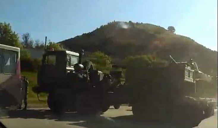 Грузовик российских оккупационных войск протаранил микроавтобус  - фото 1