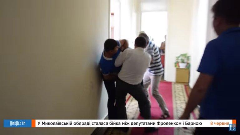 """Депутат держал коллегу, а """"случайный"""" спортсмен наносил удары - фото 1"""