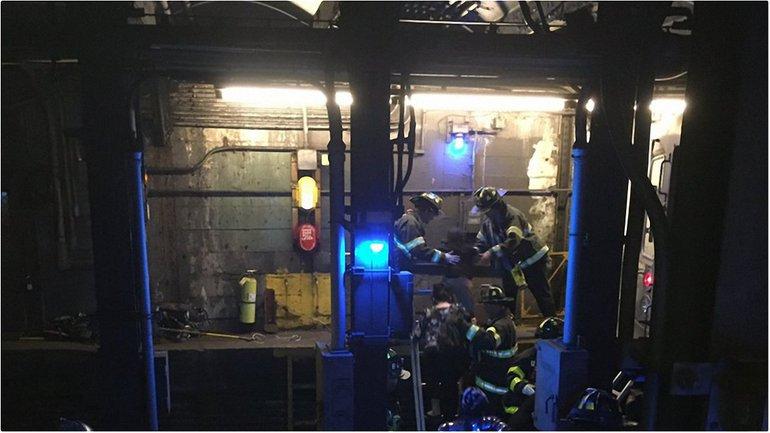 В Нью-Йорке поезд метро сошел с рельсов, десятки пострадавших - фото 1