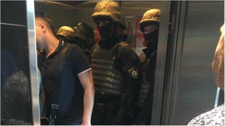 Сотрудники СБУ в лифте центра - фото 1