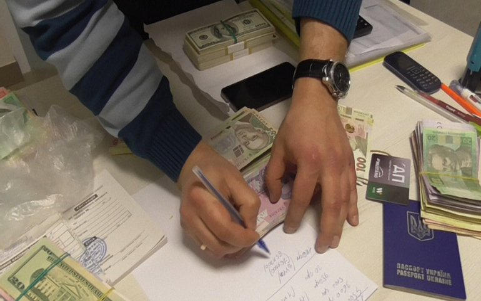 СБУшники получили взятку в марте - фото 1