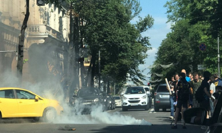 Под Радой уже взорвали дымовую шашку, кторо-то принел палки и барабаны - фото 1